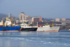 Vladivostok, Rusland, 28,2019 Januari, De schepen worden vastgelegd bij Kaap Tigrovy dichtbij Tokarevsky-vuurtoren in zonnige de  royalty-vrije stock afbeelding