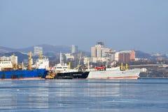 Vladivostok, Rusland, 28,2019 Januari, De schepen worden vastgelegd bij Kaap Tigrovy dichtbij Tokarevsky-vuurtoren in zonnige de  royalty-vrije stock fotografie