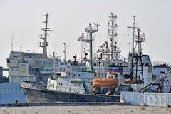 Vladivostok, Rusland, 19 Januari, 2019 De schepen worden vastgelegd op het watergebied van de dijk van Schipkarabelnaya in Vladiv stock foto's