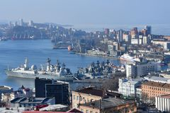 Vladivostok, Rusland, 29,2019 Januari, Vladivostok, oorlogsschepen in de Gouden hoornbaai worden vastgelegd in de winter die stock foto's