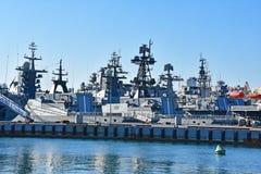 Vladivostok, Rusland, 03 Januari, 2019 Oorlogsschepen in de wateren dichtbij Karabbelnaya-dijk in Vladivostok worden vastgelegd d royalty-vrije stock foto's
