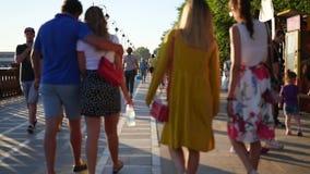 Vladivostok, Rusland - 25 Juli 2017: mensen die langs de promenade in de zomer lopen blur stock video