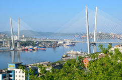 Vladivostok, Rusland, 01 Juni, 2016 De brug over de Gouden hoornbaai in Vladivostok in bewolkt weer Royalty-vrije Stock Foto's