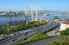 Vladivostok, Rusland, 01 Juni, 2016 De brug over de Gouden hoornbaai in Vladivostok in zonnige dag Royalty-vrije Stock Foto's