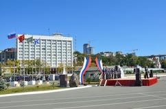 Vladivostok, Rusland, Oktober, 05, 2015, het lied en het dansensemble van de Vreedzame vloot bevinden zich op de dijk van Peter G stock foto