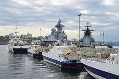Vladivostok, Rusland, 09 September, 2017 Oorlogsschepen van de Vreedzame vloot bij de pijler in Vladivostok, Rusland stock afbeelding