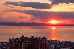 Vladivostok, Russia - 7 aprile 2019: Vista panoramica della città di Vladivostok contro il tramonto immagini stock libere da diritti