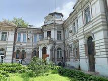 Vladivostok, Russia, 07 giugno, 2019 Le sedi della logistica della flotta del Pacifico nel vecchio palazzo a due piani nella casa immagine stock libera da diritti