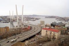 Vladivostok/Russia-04 02 2018: Guld- bro och sikt på staden arkivfoton