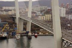 Vladivostok/Russia-04 02 2018: Trafik på den guld- bron i Vladivostok fotografering för bildbyråer