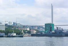 Vladivostok, Russie - 15 août 2015 : pont Câble-resté dans Vladivostok dans la baie d'or de klaxon images libres de droits