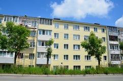 Vladivostok, Russie, juin, 01, 2016 Travail de réparation et de restauration d'un bâtiment typique de cinq étages Photos libres de droits