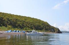 Vladivostok, Russie, septembre, 02, 2017 Les gens sont venus en bateau des vacances à l'île de Klykov en septembre image stock