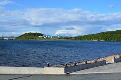 Vladivostok Russkiy ö, fjärd av Zhitkov från stranden av Park område av Oceanariumen Royaltyfri Bild