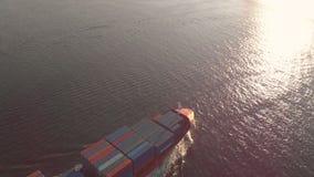 Vladivostok Ryssland - 04 07 2018: Flyg- skott av ett stort behållareskepp som flyttar sig in i port arkivfilmer
