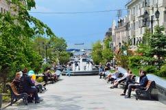 Vladivostok Ryssland, Juni, 01, 2016 Folk som går på gatan av amiralen Fokin Royaltyfri Bild