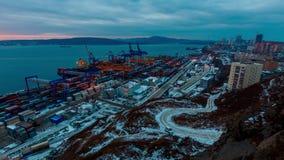 Vladivostok Ryssland - Juni 10, 2018: Panoramasikt av många färgglade behållare i Vladivostok kommersiell port i morgonen stock video