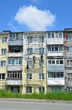 Vladivostok Ryssland, Juni, 01, 2016 Reparations- och återställandearbete av en typisk byggnad för fem våning Royaltyfri Fotografi