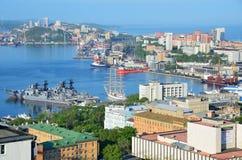 Vladivostok Ryssland, Juni, 01, 2016 Sikt för den Vladivostok staden från hög poäng Royaltyfria Bilder