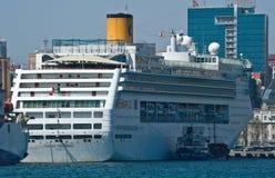 Vladivostok Ryssland Maj 02, 2017: Bunkra skeppet för tankfartygAtlant passagerare Costa Victoria Royaltyfri Bild