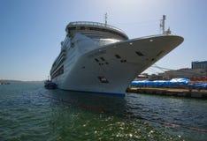 Vladivostok Ryssland Maj 02, 2017: Bunkra skeppet för tankfartygAtlant passagerare Costa Victoria Arkivfoto