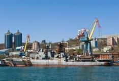 Vladivostok Ryssland Maj 02, 2017: Den stora anti--ubåten skeppmarskalken Shaposhnikov står på pir för reparationer Fotografering för Bildbyråer