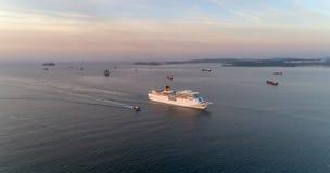 Vladivostok Ryssland - Maj 30, 2017: Det vita kryssningskeppet Costa NeoRomantica fortskrider den östliga Bosporus kanalen Arkivfoton
