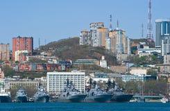 Vladivostok Ryssland Maj 02, 2017: Militären sänder på pir på den huvudsakliga militärbasen i Vladivostok Fotografering för Bildbyråer
