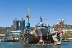 Vladivostok Ryssland Maj 02, 2017: Utforskningskeppet Pribaltika står i skeppsdockan för reparationer i Vladivostok Royaltyfri Fotografi