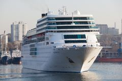 Vladivostok Ryssland, Oktober, 25, 2017 Kryssningskepp Costa Romantica som anslutas i Vladivostok Royaltyfria Bilder
