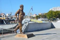Vladivostok Ryssland, Oktober, 05, 2015 Monumentet till Alexander Isayevich Solzhenitsyn på invallningen av Peter det stort i V Royaltyfri Fotografi