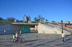 Vladivostok Ryssland, September, 03, 2017 Barn som rider bredvid `en för bro för förälskelse för ` för observationsplattform på s Fotografering för Bildbyråer