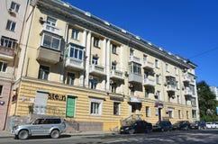 Vladivostok Ryssland, September, 03, 2017 Bilar är det near fyra-våningen huset nummer 127 på gatan Svetlanskaya i Vladivostok Royaltyfria Foton