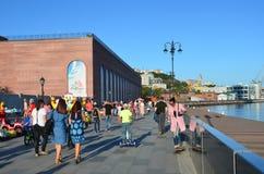Vladivostok Ryssland, September, 03, 2017 Folket som går på Tsesarevich, promenerar i solig höstdag Fotografering för Bildbyråer