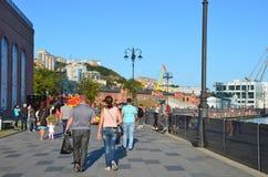 Vladivostok Ryssland, September, 03, 2017 Folket som går på Tsesarevich, promenerar i solig höstdag Arkivbild