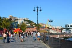 Vladivostok Ryssland, September, 03, 2017 Folket som går på Tsesarevich, promenerar i solig höstdag Royaltyfria Bilder