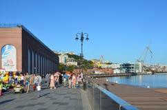 Vladivostok Ryssland, September, 03, 2017 Folket som går på Tsesarevich, promenerar i solig höstdag Royaltyfria Foton
