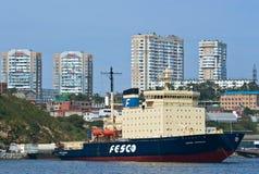Vladivostok Ryssland - September 02, 2015: Isbrytare Kapitan Khlebnikov nära pir i porten av Vladivostok Arkivfoton