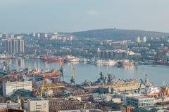 vladivostok Weergeven van de Eagle-heuvel aan de zeehaven en de Gouden hoornbaai stock fotografie