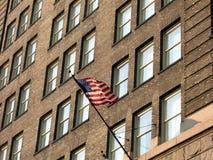 Vlag bij de Oude Bouw van de Baksteen Stock Afbeelding