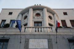 Vlag bij helft-mast op de Ambassade van Frankrijk in Belgrado Stock Afbeelding
