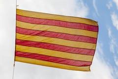 Vlag Catalonië boven blauwe hemel Royalty-vrije Stock Fotografie