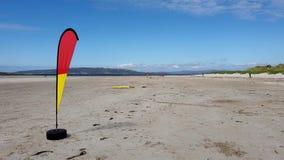 Vlag die op het toegekende Narin-Strand door Portnoo golven in Provincie Donegal, Ierland stock videobeelden