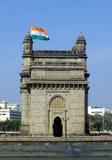 Vlag die over Gateway van India vliegen Stock Afbeeldingen