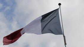 Vlag die van Frankrijk in de wind tegen de blauwe hemel golven Langzame Motie stock videobeelden