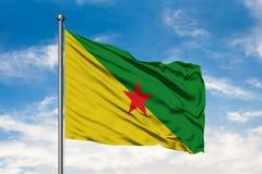 Vlag die van Frans-Guyana in de wind tegen witte bewolkte blauwe hemel golven royalty-vrije stock foto