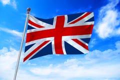 Vlag die van het Verenigd Koninkrijk het UK zich tegen een blauwe hemel ontwikkelen royalty-vrije stock afbeelding