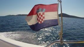 Vlag die van Kroatië in de wind op een boot blazen stock footage
