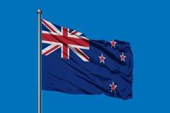 Vlag die van Nieuw Zeeland in de wind tegen diepe blauwe hemel golven stock afbeeldingen