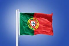 Vlag die van Portugal tegen een blauwe hemel vliegen Stock Afbeelding